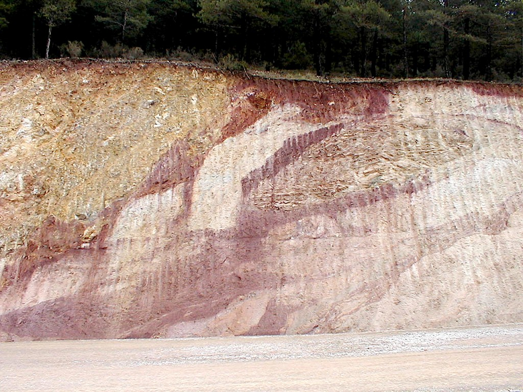 outcrop of peculiar structural setting in the Rubielos de la Cérida impact basin rim